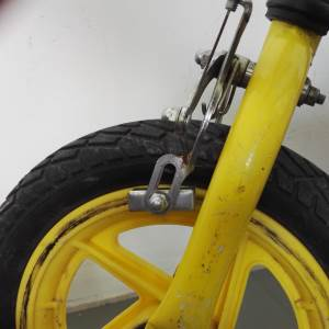Laufrad Bremse (Felgenbremse) auf Kunststofffelge. Dies ist eine ganz schlechte Kombination, die nie ordentlich funktionieren wird. Da ist es besser das Geld zu sparen und lieber ein Laufrad ohne Bremse zu kaufen.