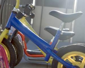 Es gibt unglaublich viele verschiedene Laufräder für Kinder. In verschiedenen Farben, Größen, Materialien, günstige und teure, mit Bremse und ohne Bremse. Doch welches solltet Ihr für Euer Kind kaufen?