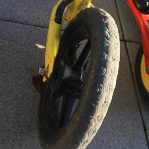 PVA Reifen an einem Strider Laufrad der bereits recht abgefahren ist.